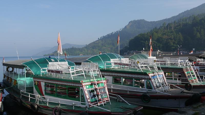 Kapal-kapal yang membawa wisatawan ke Pulau Samosir