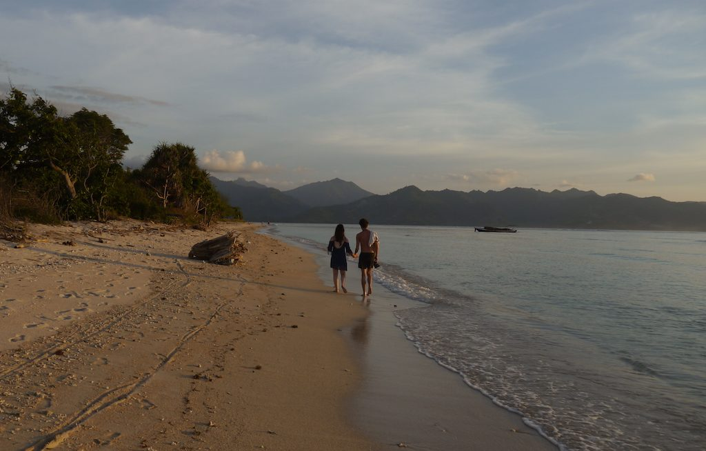 Berjalan beriringan di garis pantai, ditemani senja