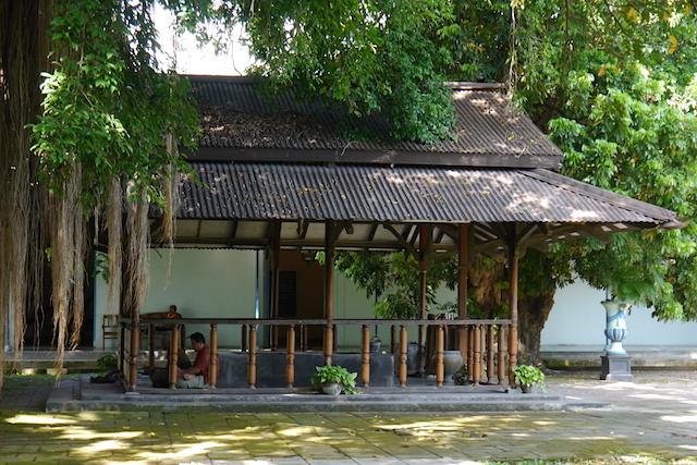 Biasanya digunakan sebagai mushola oleh pengunjung