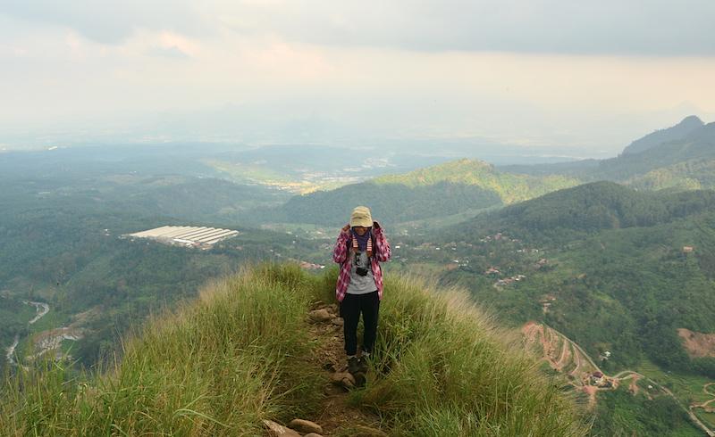 Saya takut naik gunung, tapi gunung selalu membuat saya merindu. Lagi dan lagi.