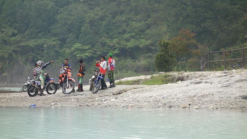 Motor trail yang terparkir di bibir Talaga