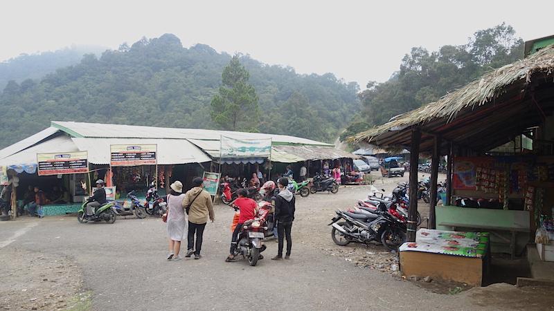Area parkir dan warung-warung makanan