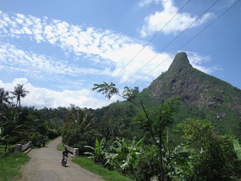 Puncak Gunung Batu dari kejauhan