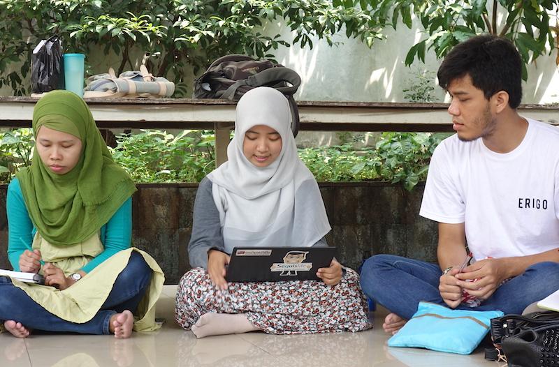 Mba Agit (tengah)