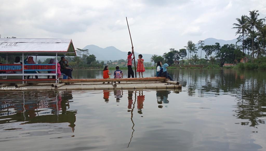 Rakit untuk melintasi Situ Cangkuang