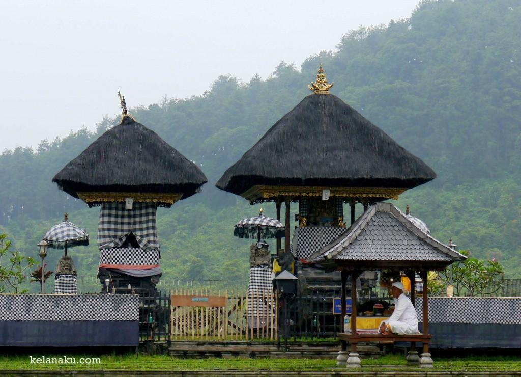 Bersila dengan khidmat di Pura Jagatkarta