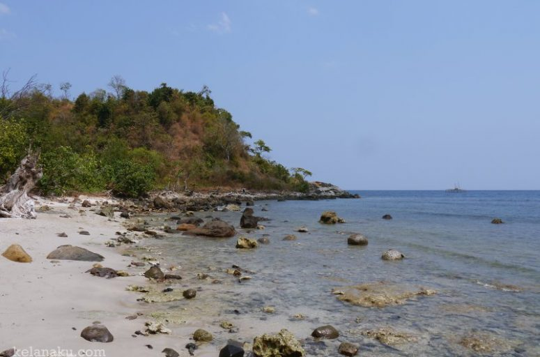 Pantai Batu Hideung, tanjung lesung