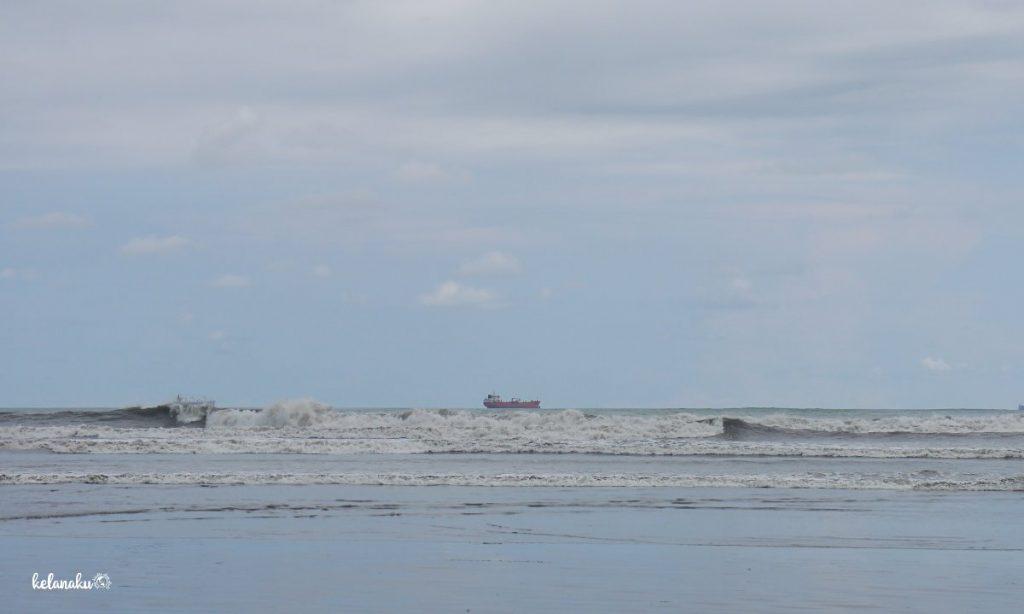 Pantai Air Manis, Ombak Besar Cocok Untuk Surfing
