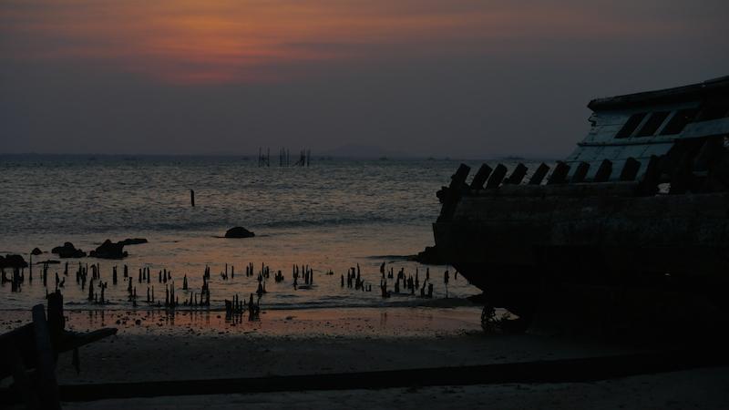 Bangkai Perahu berpadu senja