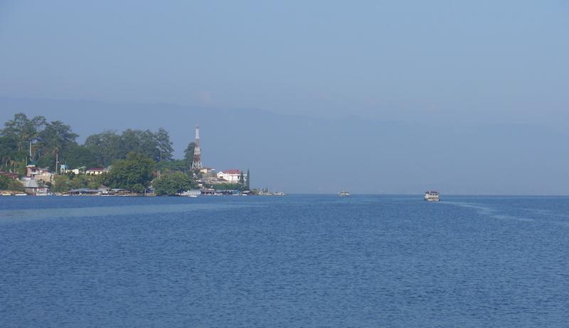 Kapal yang membelah danau menuju Pulau Samosir