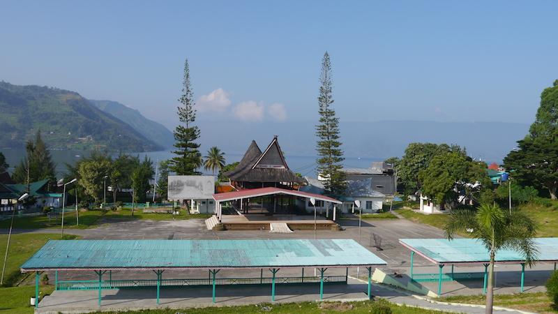 Bagunan di sekitar Danau Toba