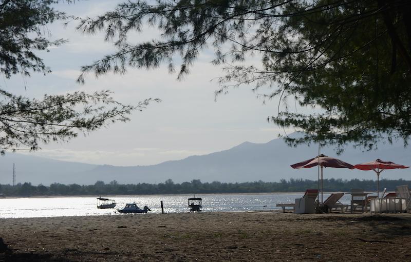 Bangku-bangku untuk bersantai tersedia sepanjang pantai
