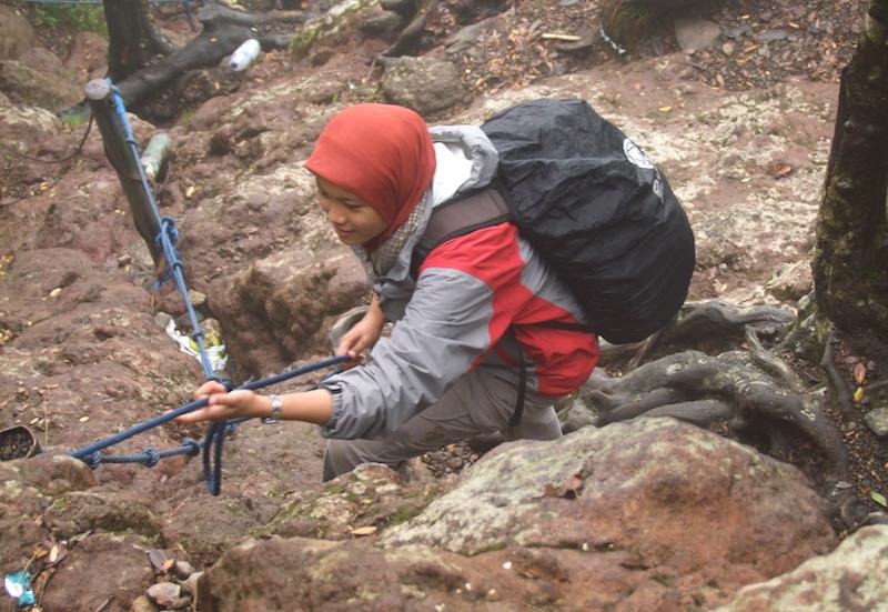 Tenun susuatan khas Baduy, jadi teman perjalanan ke Gunung Gede