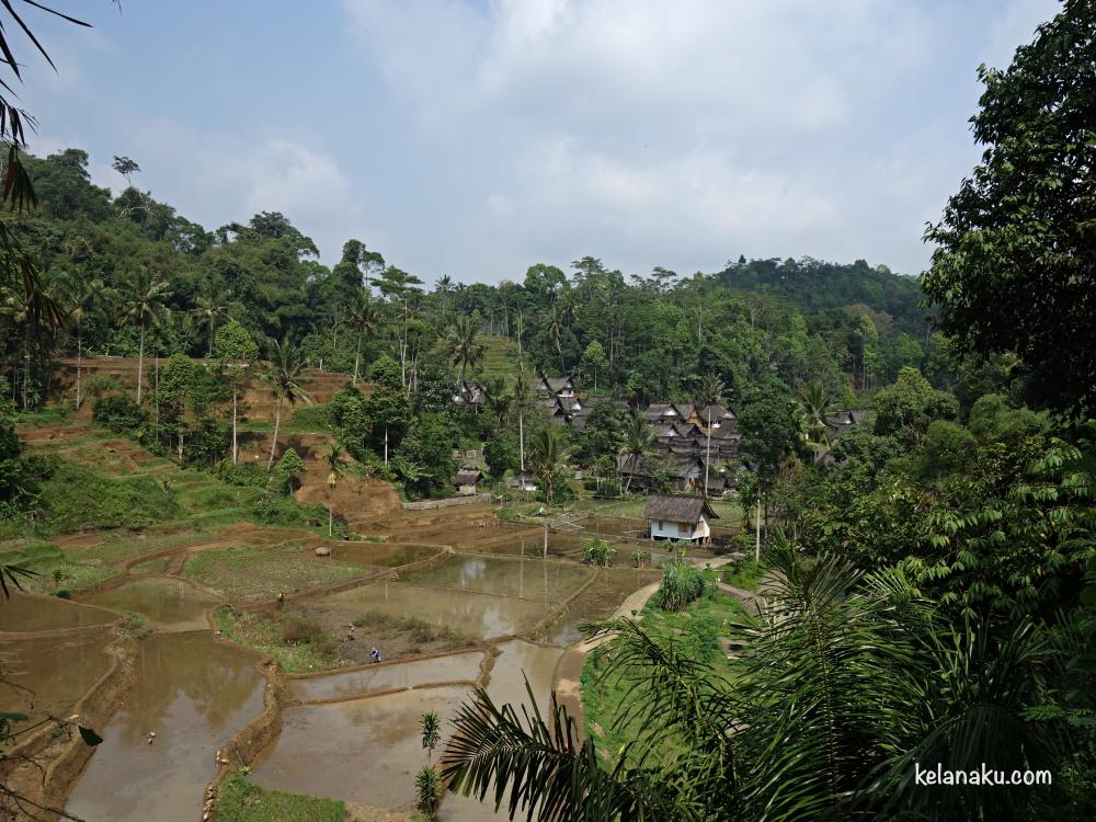 Kampung Naga yang berlokasi di lembah pebukitan