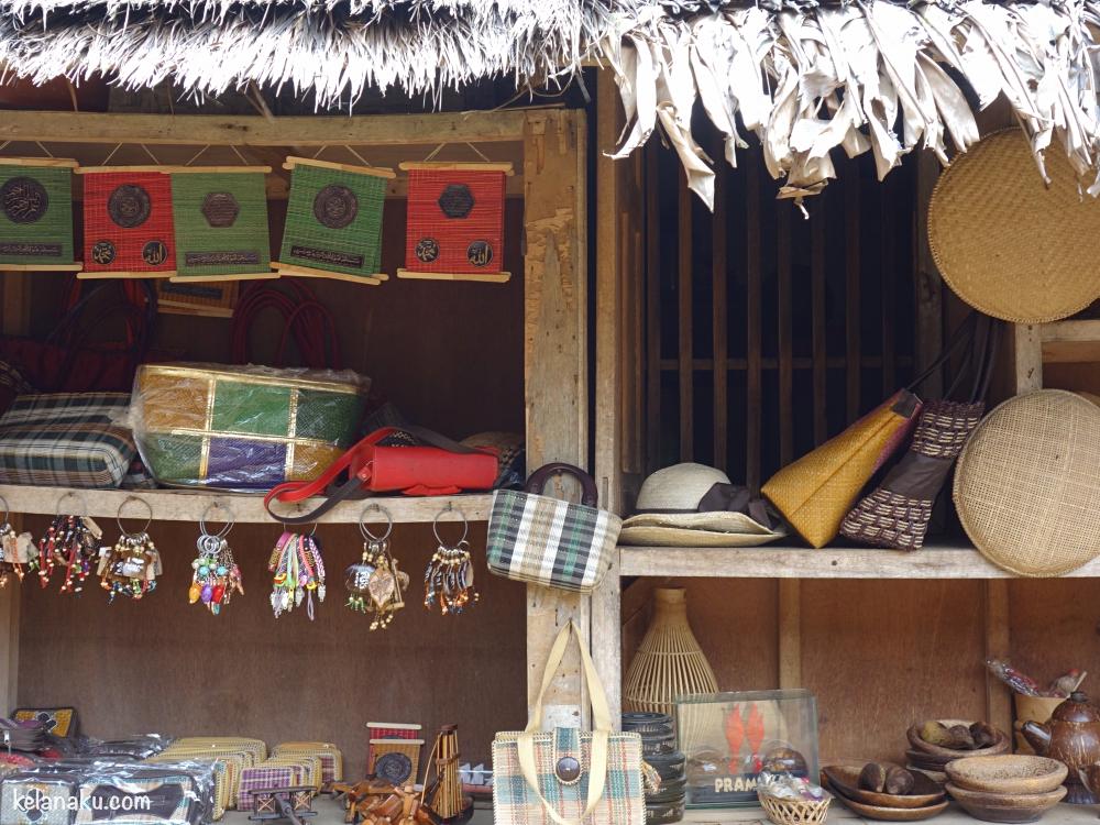 Menjual oleh-oleh Kampung Naga
