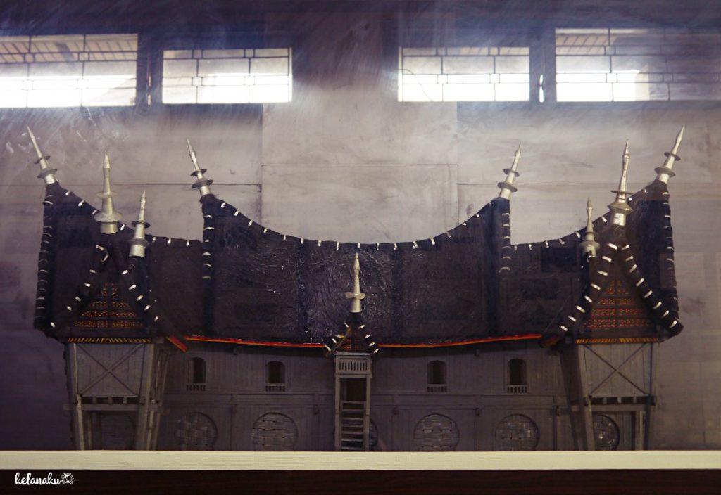 Replika rumah gadang di museum adityawarman