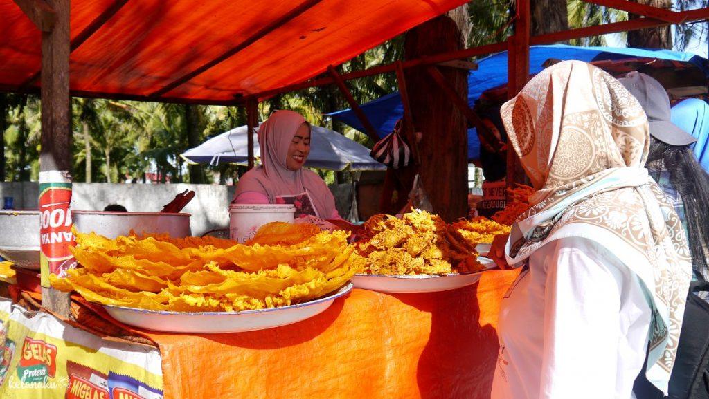 Pantai Gandoriah, gorengan seafood, kelanaku.com